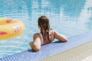 Comment transporter son nécessaire d'hygiène quand on va à la piscine ?
